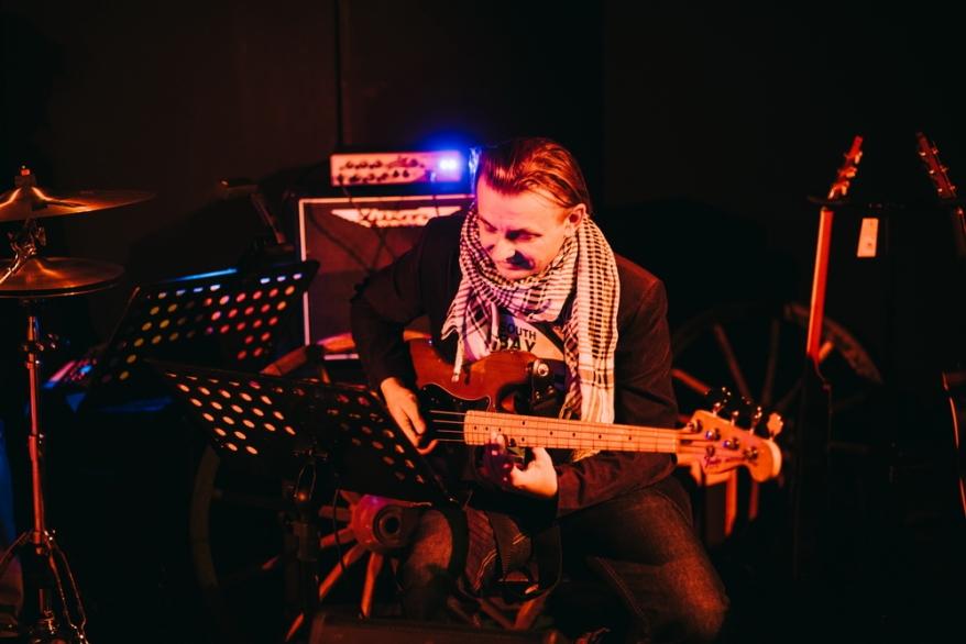 Paweł Bomert i jego precel. fot. Sky Blue Studio
